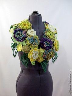 Вязаный Крючком Шарф Желтые Фиолетовые Белые цветы (бронь). Оригинальный авторский шарф из объемных цветов  разного цвета (желтый,белый,бежевый, фиолетовый, зелёный) и листьев выполнен в технике наборного полотна и расшит стеклянными бусинами -пуговками и бусинами  под жемчуг.