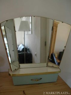 andere kast, maar zelfde spiegels. Erg gemakkelijk om de achterkant van je haren te kunnen bekijken.