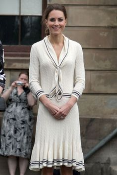 White cable-knit dress with navy blue stripes and an anchor-printed scarf // Duchess Kate style Kate Middleton Outfits, Kate Middleton Style, Emerald Green Gown, Princesse Kate Middleton, Nautical Outfits, Nautical Theme, Jenny Packham Dresses, Kate Dress, Baby Blue Dresses