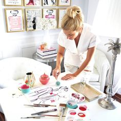Kerrie Hess Illustrator sur Instagram : Last minute touches in the office working with @swarovski trying to not smudge wet paint with these beautiful crystals from #atelierswarovski !❤