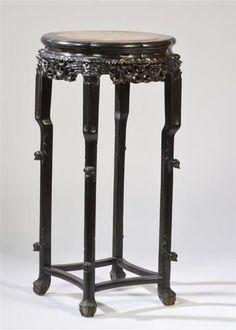 Sellette en bois noirci ajouré. Piétement tétrapode réuni par des entretoise. Dessus de marbre enchâssé. INDOCHINE, vers 1880. Hauteur : 92 cm - Diamètre : 46 cm.