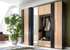 Cool Kleiderschrank Loft praktischer Kleiderschrank mit Faltt ren und Glasfront in Magnolie http moebilia de wiemann loft kleiderschrank loft u