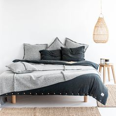 Soft knitted bed linen, warm blanket just like your beloved jumper, pillow to snuggle while reading a good book. Cotton Bedding, Linen Bedding, Bed Linen, Bedroom Inspo, Bedroom Decor, Bedroom Bed, Couple Bed, Warm Blankets, Cushions