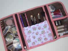 Além de lindo e prático o porta-maquiagem tem espaço para todos seus apetrechos: pincéis, blush, sombras e afins. Depois é só fechar e carregar por aí. Medidas aproximadas: 41 x 23 cm. (aberto) Sewing Hacks, Sewing Crafts, Sewing Projects, Types Of Purses, Diy Bags Purses, Wallet Tutorial, Diy School Supplies, Insulated Lunch Bags, Work Bags