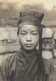 photo by #hedda #morrison. young daoist acolyte on hua shan, taoist mt, china, 1936