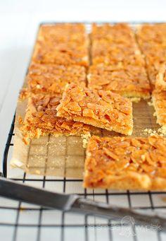 Nie-Śmiałe Wypieki: Maślane kwadraty z migdałami w karmelu