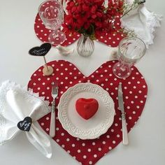 Decorating Dining Table For Valentine's Sewing Crafts, Sewing Projects, Projects To Try, Creation Deco, Romantic Dinners, Valentines Day Decorations, Mug Rugs, Diy And Crafts, Creations