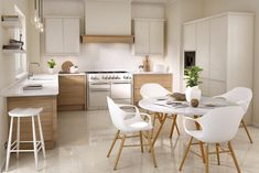 Lichfield, with its clasically refined frame and integrated handle, is perfectly suited to the warmth of the Rye Oak woodgrain. Mixed with a lighter palette, it creates a tranquil space that you'll always want to rush home to. Kitchen Units, Kitchen Doors, New Kitchen, Kitchen Dining, Modern Country Kitchens, Handleless Kitchen, Contemporary Kitchen Design, Modern Contemporary, Oak Color