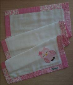 Fralda de ombro confeccionada em tecido fralda duplo (04 camadas para melhor absorção) 100% algodão, com patch apliquée e bainha em tecido. <br> <br>*As fraldas também podem ser personalizadas escolhendo o tema e a cor do tecido para o viés.