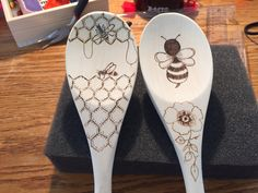 I just did these last week. Wood Burning Stencils, Wood Burning Crafts, Wood Burning Patterns, Wood Burning Art, Rustic Wood Crafts, Wooden Crafts, Bee Crafts, Arts And Crafts, Mein Café