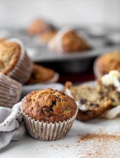 Banana Oatmeal Muffins, Chocolate Muffins, Chocolate Chips, Mini Desserts, Pumpkin Muffin Recipes, Banana Recipes, Homemade Muffins, Summer Cakes, Breakfast Dessert