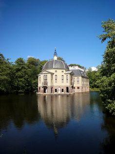 Huis de Trompenburgh,  in 's-Graveland, vermoedelijk gebouwd door Daniël Stalpaert voor admiraal Cornelis Tromp. Het landhuis heeft de vorm van een schip en is omgeven door water / Trompenburgh House, in 's Graveland, presumably built by Daniel Stalpaert for Admiral Cornelis Tromp. The house is shaped like a ship and is surrounded by water