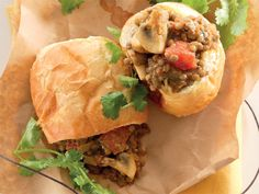 Uit die Huisgenoot kombuis: Bunny chow met lensiekerrie South African Recipes, Indian Food Recipes, Ethnic Recipes, Chow Chow, Food Inspiration, Dessert Recipes, Desserts, Bunny, Cooking Recipes