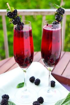 Blackberry Champagne Margarita Ingredients: (Makes 2 cocktails) - 1 cup blackberries + more for garnish - 2 tbsp sugar - 1 tbsp lemon (or lime) juice - 4 oz champagne oz = 1 shot) - 2 oz tequila drink-up Party Drinks, Cocktail Drinks, Fun Drinks, Yummy Drinks, Cocktail Recipes, Alcoholic Drinks, Beverages, Wine Parties, Fruity Drinks
