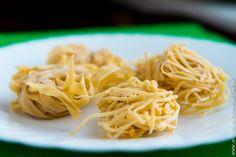 Как известно, лучше хорошей пасты может быть только хорошая паста, сделанная своими руками. Всем знакомы и любимы такие блюда, как суп-лапша с грибами или спагетти карбонара, и если сейчас мы в основном покупаем лапшу в магазине, то совсем недавно ни у русских, ни у итальянских хозяек не было особого выбора, и они постоянно делали макароны в домашних условиях. Ничего сложного в этом нет (особенно если обзавестись машинкой для пасты), зато вы будете точно знать, из каких продуктов сделаны…