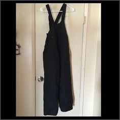 Ladies snow pant Ladies medium womans small snow pants ,bib to keep you warm ,stretchy suspenders and sides ,boot liner to keep your feet dry  great condition ❄️ Skigear Pants