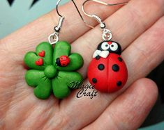 Four-leaf clover key ring with ladybird in polymeric paste-Fimo Polymer Clay Figures, Polymer Clay Animals, Fimo Clay, Polymer Clay Projects, Polymer Clay Charms, Polymer Clay Earrings, Clay Crafts, Cute Clay, Four Leaf Clover