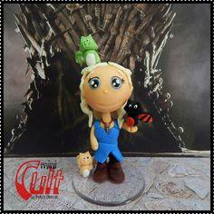Miniatura Daenerys Targaryen e seus dragões; personagem da série Game of Thrones. <br> <br>Produto sob encomenda. Consulte prazos de produção e envio. <br>Valor unitário. <br> <br>Material: biscuit; base acrílica redonda. <br>Altura aproximada: 8cm.