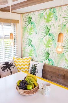 De mooie lampen, het fruit, de kussens en de mokken maakt het jungle plaatje compleet.  #decoratie #styling #interieur #stoerbuiten Fruit