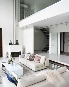 Tilan korkeus ja vaaleus korostavat suurista ikkunoista sisään tulvivan valon määrää.