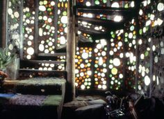 de la maison recyclée par Michael Reynolds Glass bottles catching the sunlight cast many hues in this beautiful Earthship interior.Glass bottles catching the sunlight cast many hues in this beautiful Earthship interior. Maison Earthship, Earthship Home, Earthship Design, Bottle House, Bottle Wall, Natural Building, Green Building, Recycled House, Recycled Glass