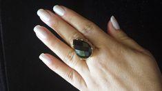 Anel em àgata preta facetado com banho de ouro.  Anel ajustável ao dedo R$ 59,99