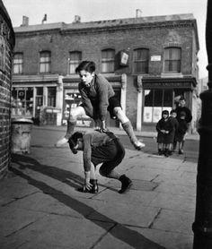 """Er werd vroeger veel op straat gespeeld. (Thans bijna niet meer) het """"bokkie springen"""" was erg populair. Als je moest """"staan"""", moest je goed """"je kop intrekken""""."""