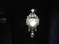 Broche com diamantes e pérola, de 1865, que pertenceu à imperatriz Eugênia (Foto: Isabel Junqueira)
