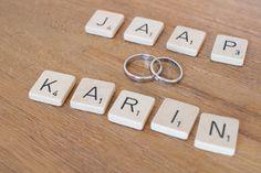 Scrabble letters met trouwringen