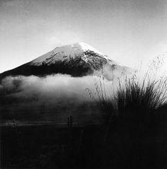 Juan Rulfo configuró un lenguaje fotográfico con el que dio cuenta, desde un ojo poeta, del campo, la raza y las tradiciones.