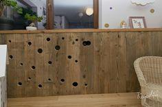 Całość dopełniają parapety wykonane ze starego drewna. #regaliapolskamanufaktura #staredrewno #drewno #mebledrewniane #meblenawymiar #wood #woodworking