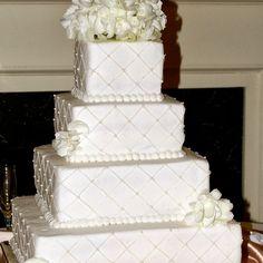 Torta de boda de color blanco cuadrada decorada con patrones de rombos, perlas y hortensias. #TortaDeBodas