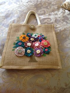 Burlap bag with tree in flower. Hessian Bags, Jute Bags, Burlap Purse, Dresden Plate Patterns, Sewing Crafts, Sewing Projects, Burlap Crafts, Pillow Fabric, Simple Bags