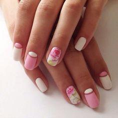 Unhas rosa e branca com florzinhas