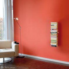 Booksbaum Bücherregal Wand 2. Ein Baum an Bücher dank Michael Rösing und sein Unternehmen Radius Design: Das Bücherregal sammelt Bücher, DVDs oder CDs, ohne sich selbst in den Vordergrund zu drängeln. Die an einer Mittelsäule befestigten, dünnen Stahlblechböden ohne sichtbare Fronten lassen die gesammelten Werke nahezu schweben. Was als Wandregal wie ein kleines Zauberwerk erscheint, da bei einem einreihigen Regal keine Wandbefestigung, bei einem zweireihigen Wandregal nur prominent die…
