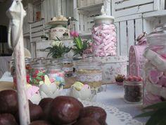 Las #mesasdulces o #candybar son perfectos tanto para adultos como peques, y se han convertido un imprescindible en nuestras celebraciones. es una opción genial y divertida para regalar el paladar de tus invitados, a demás de que las posibilidades que nos ofrece de colores y formas son infinitas #restauranteboabdil #boabdil #bodas #dulces #bodaengranada #granada #sweet #love