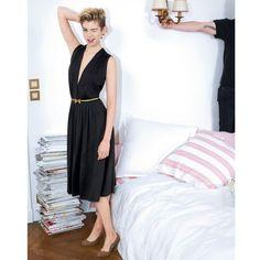 La robe drapée sélectionnée par Madame Ines de la Fressange : féminissime et super facile à porter ! Crêpe fluide 95 % viscose, 5 % élasthanne. Profond décolleté croisé. Jeu de plis sous la taille devant et dos.