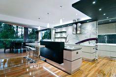 Os pisos de madeira vão bem com quase todo tipo de decoração. Os tons mais escuros casam bem com os móveis claros da cozinha.