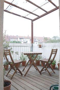 Schöner Holzbalkon mit Überdachung und Sitzgelegenheit für zwei Personen. Wohnung in Leipzig.  #Leipzig #Wohnung #Balkon #balcony