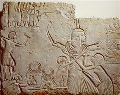 Op deze afbeelding zie je het Reliëf uit graf Horemheb. Hij hoorde tot de groep hoge militairen rond Toetanchamon en volgde hem na diens dood zelfs op als farao van Egypte. Dit reliëf is er één uit een reeks die afkomstig is uit het eerste graf dat hij voor zichzelf liet maken. Hij was toen nog generaal in Sakkara. Uiteindelijk kreeg hij een koningsgraf in Thebe. Wil je weten wat er op het Reliëf van Horemheb word afbeeld? Klik op de afbeelding.