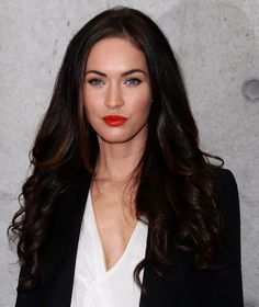 Megan Fox Long Curls - Bombshell Megan Fox showed off her long brunette locks while hitting Milan Fashion Week. Long Brunette, Brunette Beauty, Hair Beauty, Red Lip Makeup, Hair Makeup, Estilo Megan Fox, Dark Hair With Highlights, Long Curls, Hair Color For Black Hair