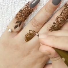 Simple Designs Discover How to make florals & leaves timelapse how to make florals and leaves very easy in this video i will show you step by step mehndi design Eid Mehndi Designs, Henna Hand Designs, Modern Henna Designs, Mehndi Designs Finger, Latest Henna Designs, Beginner Henna Designs, Mehndi Designs For Girls, Mehndi Design Pictures, Henna Tattoo Designs