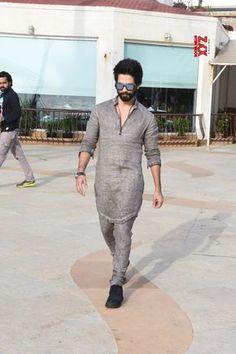 "Mumbai: Media interactions for ""Batti Gul Meter Chalu"" Shahid Kapoor - Social News XYZ Trendy Mens Fashion, Indian Men Fashion, Stylish Mens Outfits, Mens Fashion Suits, Man Fashion, Latest Kurta Designs, Mens Kurta Designs, Kurta Pajama Men, Kurta Men"