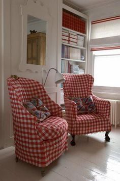 Love these red gingham chairs! Someday I want my living room to have these chairs and lots of red and blue gingham in my home! White Cottage, Cottage Style, Deco Champetre, Vibeke Design, Sweet Home, Red Rooms, White Decor, Country Decor, Slipcovers