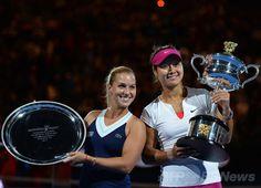 全豪オープンテニス(Australian Open Tennis Tournament 2014)女子シングルス決勝。表彰式に臨むドミニカ・チブルコワ(Dominika Cibulkova)と李娜(Na Li、ナ・リー、2014年1月25日撮影)。(c)AFP/SAEED KHAN ▼26Jan2014 AFP|中国の李娜がチブルコワを退け全豪制覇 http://www.afpbb.com/articles/-/3007226 #Australian_Open #Aussie_Open #tennis #Li_Na #Na_Li #Cibulkova