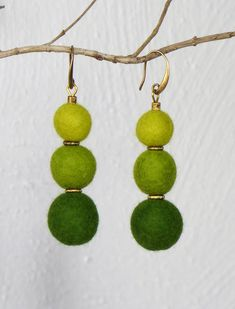 Filz Ohrringe - Ohrringe gefilzt, lang, in harmonischen Grüntönen - ein Designerstück von Filzvoll bei DaWanda