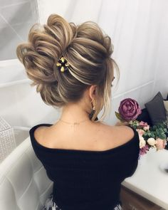 chic updo wedding hairstyles,updo hairstyles,messy updos #weddinghair #wedding #hairstyles #updowedding #weddinghairstyles