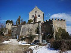 Burg Gößweinstein in der Fränkischen Schweiz. Burg Gößweinstein thront hoch über dem gleichnamigen Ort Gößweinstein im Herzen der Fränkischen Schweiz.  Die Burg wurde vermutlich nach ihrem Erbauer dem Grafen Gozwin benannt. Dieser wurde 1065 getötet nachdem er in das Gebiet des Bischofs von Würzburg eingefallen war. Eine erste urkundliche Erwähnung der Burg Goswinesteyn ist aus dem Jahre 1076 bekannt. Seinerzeit ließ Kaiser Heinrich IV. den in den Sachsenkrieg verwickelten Bischof Burchard…