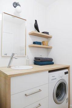 www.skeadesigner.com | une salle de bain à la faïence blanche en relief imitant des vagues | un meuble vasque blanc avec tiroirs et machine à laver | indémodable épuré design |