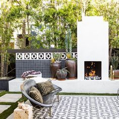 34 Admirable Outdoor Fireplace With Patio Design Ideas - During the Fall season and the cooler months of the year, people start to look for ways to extend the use of there outdoor living area. Modern Outdoor Fireplace, Backyard Fireplace, Backyard Patio, Outdoor Fireplaces, Diy Patio, Contemporary Patio, Modern Patio, Outdoor Rooms, Outdoor Living